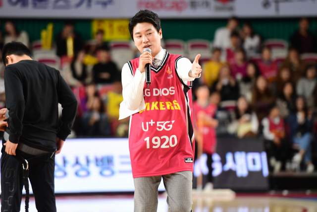 이규래 창원 LG 세이커스 장내아나운서가 팬들의 응원을 유도하고 있다./KBL/