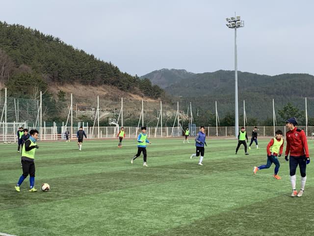전지훈련을 위해 통영을 찾은 축구팀이 지난 17일 명정동 평림구장에서 연습경기를 하고 있다./통영시/