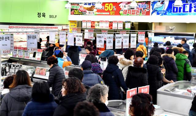 설을 앞둔 18일 창원시 의창구 농협하나로마트창원점에서 고객들이 한우 부위별 파격할인 행사에 줄지어 차례를 기다리고 있다./전강용 기자/