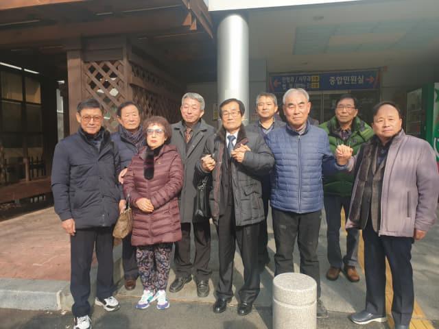 지난 16일 국민보도연맹 마산사건 희생자 유족들과 변호사가 검찰의 무죄 구형에 대해 기뻐하고 있다.