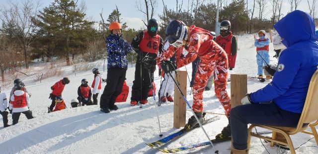 20~21일 양산에덴밸리 스키장에서 열린 동계도민축전에서 선수들이 출발하고 있다./경남스키협회/