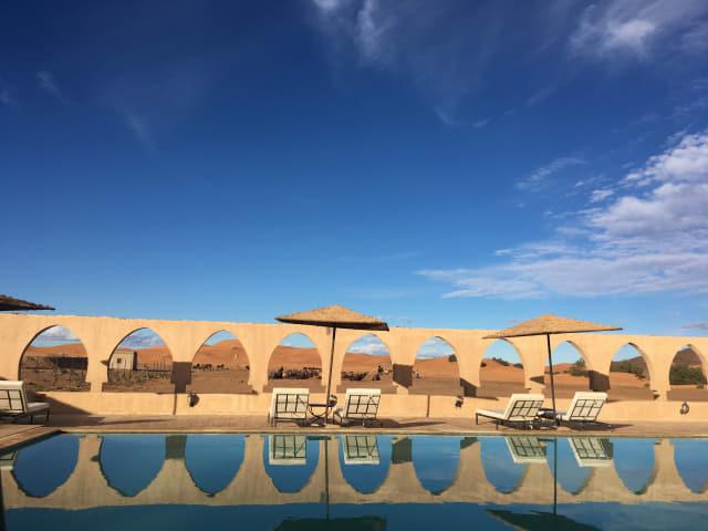 모로코의 사하라 사막 한가운데 위치한 노마드 팰리스 호텔 수영장.