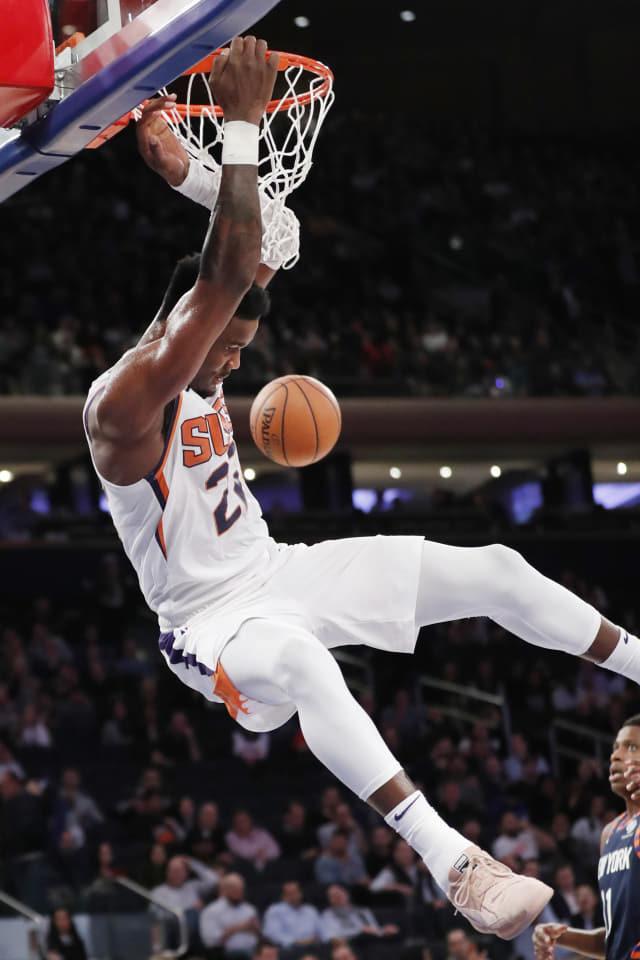 피닉스 선스 센터 디안드레 에이튼이 16일(현지시간) 미국 뉴욕에서 열린 뉴욕 닉스와 미국프로농구(NBA) 경기 후반전 중 덩크슛을 하고 있다. 피닉스가 121-98로 승리했다./연합뉴스/