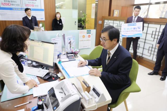 20일 김한술 NH농협은행 경남본부장이경남영업부에서 '온리원 NH초간편암보험'을 경남 1호로 가입하고 있다.