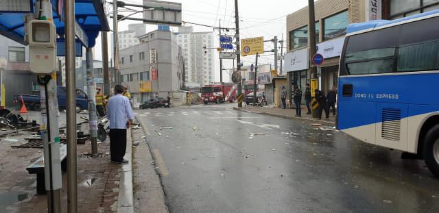 23일 오전 9시 22분께 함안군 가야읍에 소재한 치킨가게에서 LP가스가 폭발해 2명이 다치고 건물과 차량 등이 파손됐다./경남소방본부/