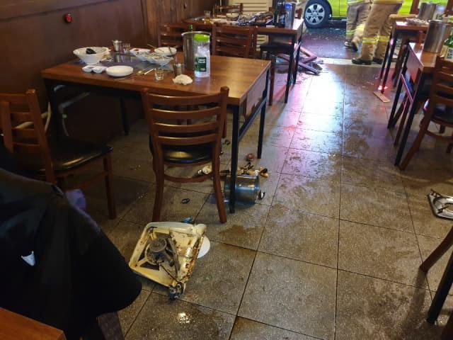 23일 오후 창원시 마산합포구의 한 식당에서 부탄가스가 폭발한 현장 모습./창원소방본부/