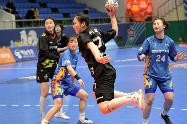 경남개발공사 허유진이 25일 대구시민체육관에서 열린 19-20 SK핸드볼코리아리그 인천시청의 경기에서 슛을 하고있다./대한핸드볼협회