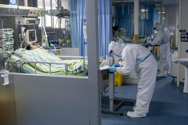 24일 중국 후베이성 우한대학 중난병원의 집중치료실에서 보호복을 입은 의료진이 신종 코로나바이러스 감염증(우한 폐렴) 확진 환자들을 돌보고 있다. 연합뉴스