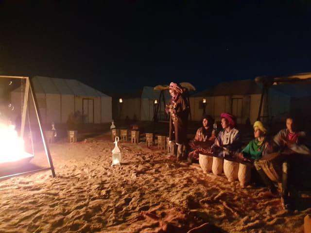 전통의상을 입고 전통악기를 연주하는 베르베르 원주민.