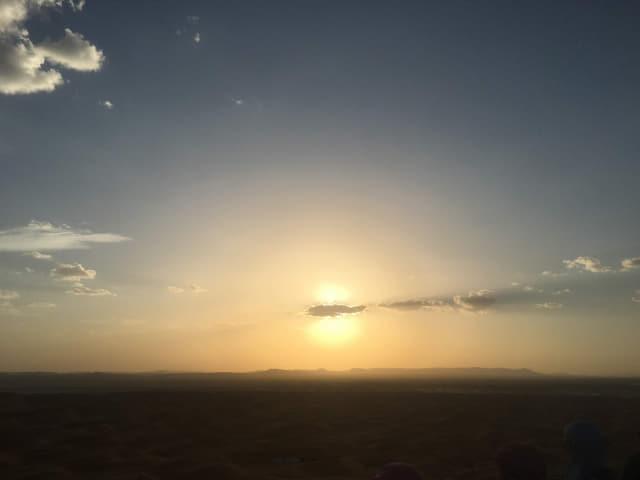 사하라의 태양은 뜨겁게 뜬다.
