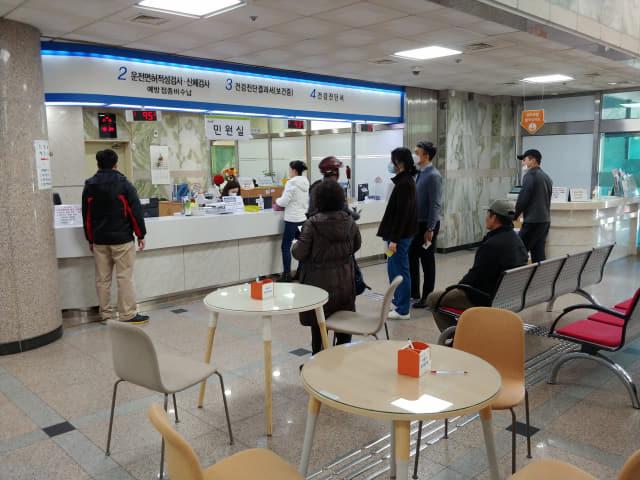 13일 오전 찾은 김해시보건소 민원실 모습.