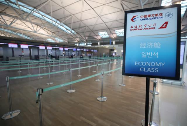 신종 코로나바이러스 감염증인 '우한 폐렴' 공포가 확산하는 가운데 28일 인천공항 제1터미널의 한 중국 항공사 카운터가 비교적 한산한 모습을 보이고 있다. 연합뉴스