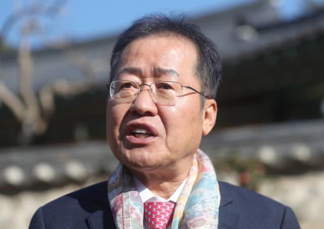 홍준표 전 경남지사가 14일 오전 경남 양산시 통도사를 방문해 취재진과 인터뷰하고 있다. 연합뉴스