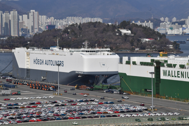 휴일인 16일 창원시 마산합포구 마산가포신항에서 수출용 쉐보레 스파크가 줄이어 선적되고 있다./전강용 기자/