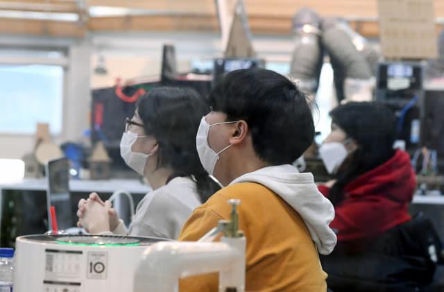 지난 6일 오후 창원대 도서관 1층 메이커 아지트 교육장에서 학생들이 마스크를 쓰고 강의를 듣고 있다./경남신문DB/