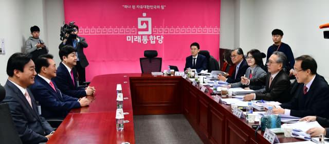 미래통합당 김형오 공관위원장이 19일 오후 국회 의원회관에서 열린 거제 선거구 면접에서 서일준(왼쪽부터) 김한표 김범준 후보에게 질문하고 있다.