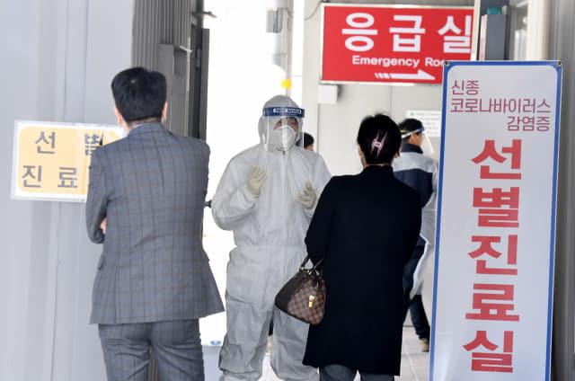 21일 창원시 마산의료원 선별진료소 앞에서 의료진이 코로나 19 검사를 받으러 온 시민들과 이야기를 하고 있다./김승권 기자/