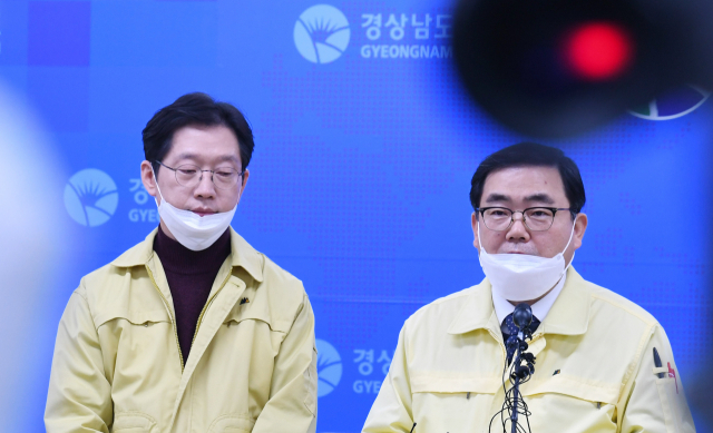 김경수(왼쪽) 경남도지사와 허성무 창원시장이 22일 오후 도청 프레스센터에서 코로나 19 확진자 발생에 따른 기자회견을 하고 있다./김승권 기자/