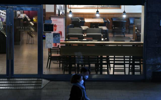 코로나19 추가 확진자가 발생한 23일 오후 창원시 성산구 상남동의 한 카페가 한산하다./김승권 기자/