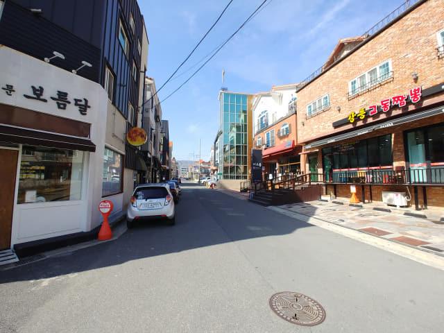 24일 낮 12시 30분께 김해 율하천 카페거리가 한산한 모습을 보이고 있다.
