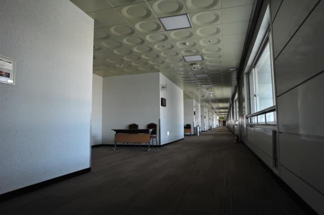 24일 오전 창원컨벤션센터 6층 복도 조명이 꺼져 있다. 평소 회의 참석자들로 붐볐지만, 코로나19 여파로 행사가 취소, 연기되면서 종일 한산한 모습을 보였다.