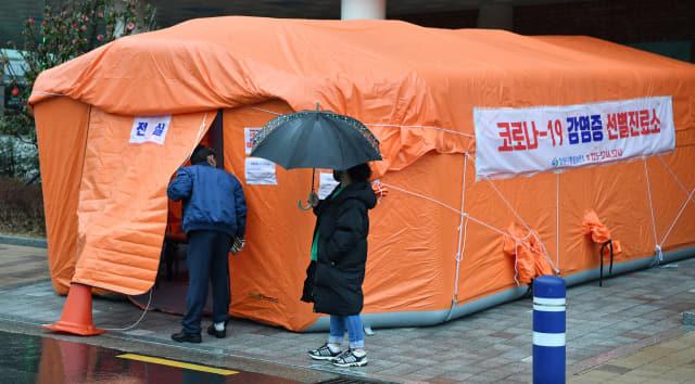 25일 오후 창원시 의창구 신월동 창원보건소 선별진료소 앞에서 시민들이 상담을 하고 있다./전강용 기자/
