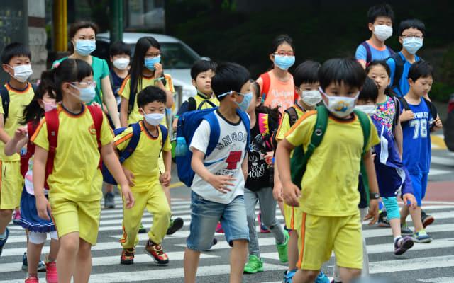 지난 2009년 신종플루 발생 당시 창원의 한 초등학교 학생들이 마스크를 착용한 채 등교하고 있다.