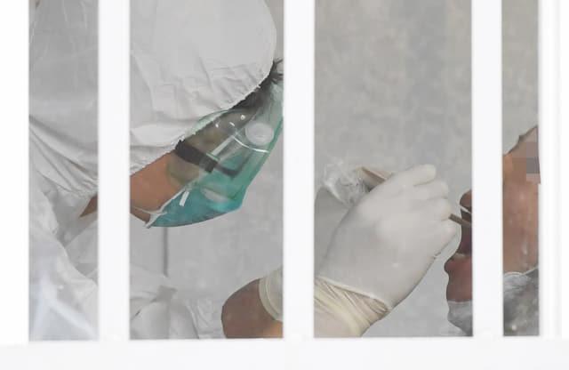 한 의료진이 한마음창원병원 입구에 설치된 소아청소년과 선별진료소를 찾은 시민의 검체를 채취하고 있다./김승권 기자/