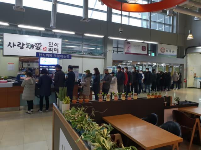 28일 오전 도내 한 하나로마트에서 고객들이 오픈시간에 맞춰 마스크를 구매하기 위해 줄서있다./농협 제공/