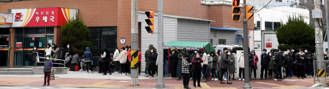 28일 오후 12시 창원시 마산회원구 삼계우체국 앞에 시민들이 마스크를 구매하기 위해 줄을 서 있다. 이날 삼계우체국에서는 14시 정각에 선착순 70명에게 350매를 판매한다./성승건 기자/