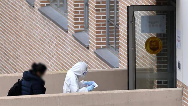 대구지역 신종 코로나바이러스 감염증(코로나 19) 확진자들이 28일 오후 국가 전염병 전담병원으로 지정된 국립마산병원 입원실로 들어가고 있다./성승건 기자/