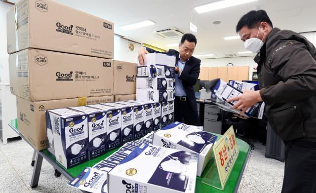 경남지방경찰청 사이버수사대원들이 2일 매점매석한 마스크 중 일부를 정리하고 있다./김승권 기자/