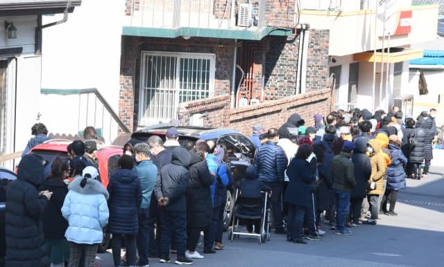 5일 창원시 의창구 동읍우체국에서 시민들이 마스크를 사기위해 길게 줄지어 있다./김승권 기자/