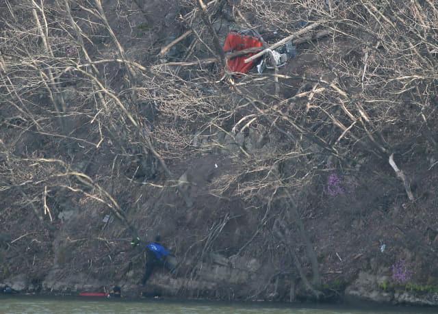 19일 오후 울산시 울주군 회야저수지 인근에 추락한 헬기 잔해 주변에서 소방 구조대가 수색을 하고 있다. 연합뉴스