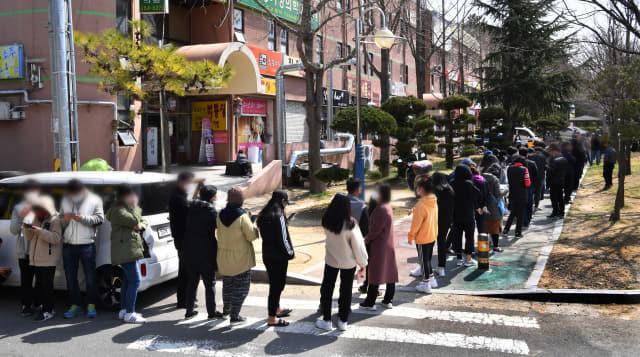 주말인 21일 창원시 성산구의 한 약국에서 시민들이 출생연도와 상관없이 판매되는 공적 마스크를 사기 위해 길게 줄을 서 있다./전강용 기자/