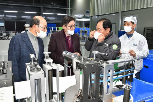 김일권(왼쪽 두 번째) 양산시장이 지역에 있는 마스크 생산업체를 방문해 상황을 점검하고 있다./양산시/