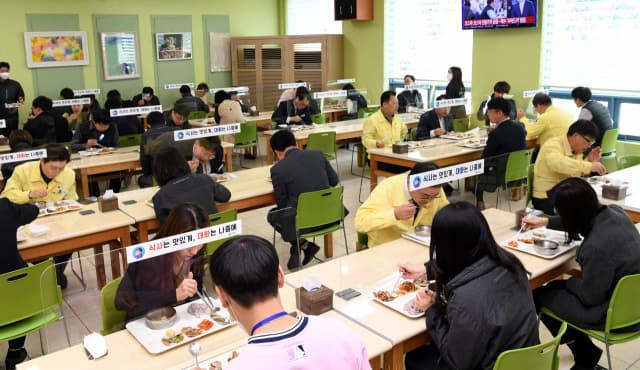 24일 오후 식탁마다 유리벽이 설치된 창원시청 구내식당에서 시청 직원들이 식사하고 있다./성승건 기자/