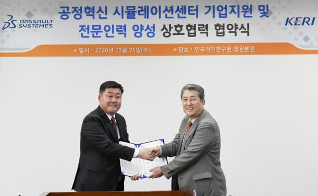다쏘시스템코리아㈜ 조영빈(왼쪽) 대표이사와 한국전기연구원 최규하 원장이 25일 양해각서를 체결한 뒤 악수를 하고 있다./전기연구원/