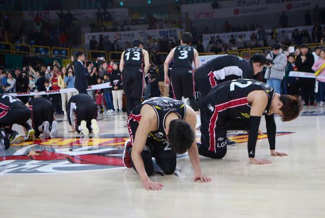 창원 LG 세이커스 선수들이 지난 1월 24일 창원체육관에서 경기 후 팬들에게 설날 세배를 하고 있다./KBL/