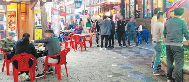27일 오후 김해시 외동 먹자골목 모습. 강화된 사회적 거리 두기가 시행되고 있는 가운데 다소 활기를 보이고 있다.