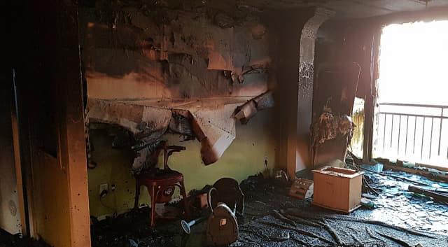 8일 오전 울산시 동구의 한 아파트에서 불이 나 어린이 등 2명이 숨졌다. 사진은 화재가 발생한 아파트 내부. 연합뉴스