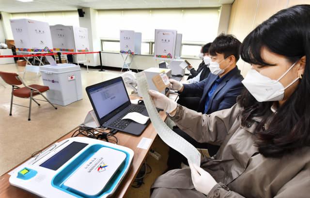 제21대 국회의원선거 사전투표를 하루 앞둔 9일 창원시 성산구 반송동 민원센터 내 사전투표소에서 선관위 관계자들이 마스크를 착용한 채 시스템을 점검하고 있다. /전강용 기자/