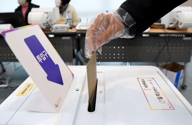 제21대 국회의원 선거 사전투표 첫날인 10일 오전 창원시 의창구 사전투표장을 찾은 유권자들이 소중한 한 표를 행사하고 있다./성승건 기자/