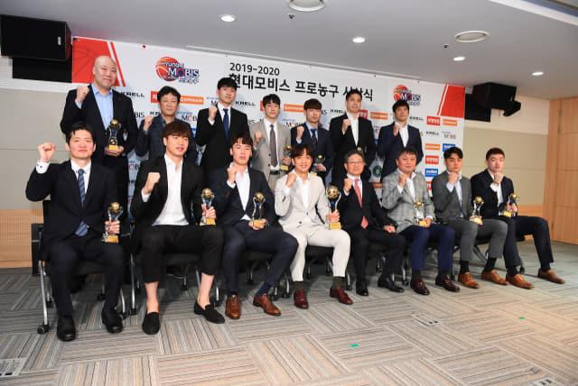 20일 오후 서울 KBL센터에서 열린 2019-2020 현대모비스 프로농구 시상식에서 수상자들이 단체사진을 찍고 있다./KBL/