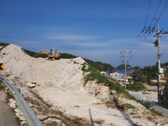 통영시 용남면의 한 해안가에 처리되지 못한 굴 껍데기가 산처럼 쌓여 있다./경남신문DB/