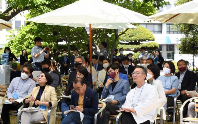13일 오후 도청 잔디광장에서 열린 '포스트 코로나 대응 사회혁신 토론회'에서 참석자들이 토론자들의 발언을 듣고 있다./성승건 기자/