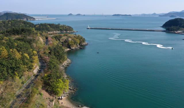 창원시 진해구 명동항에서 삼포항으로 가는 도로 오른쪽으로 해양공원 일원 바다가 펼쳐져 있다.