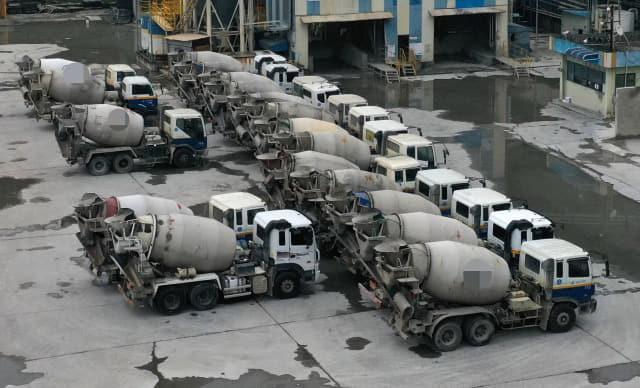 경남·부산지역 레미콘 운송노동자 총파업 나흘째인 17일 오후 김해의 한 레미콘 공장에 차량들이 주차돼 있다./김승권 기자/