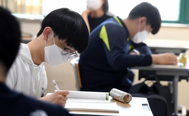 교실에서 학생들이 마스크를 쓴 채 공부하고 있다.