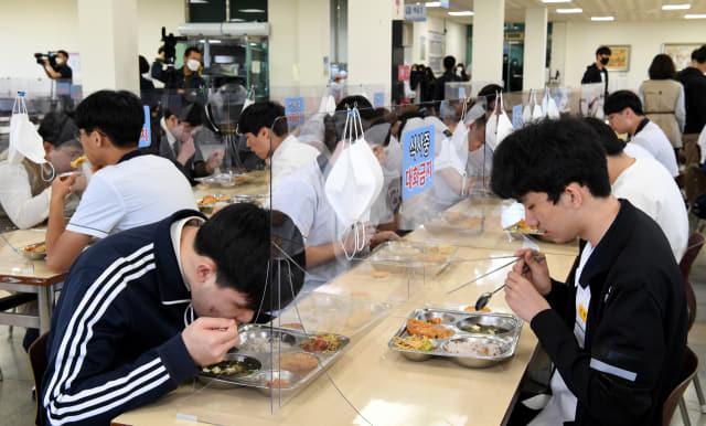 투명 칸막이가 세워진 급식소에서 학생들이 거리를 두고 점심을 먹고 있다./김승권·성승건 기자/